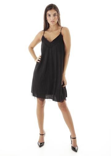 Vestido curto liso plissado com alcinha dupla e renda nude
